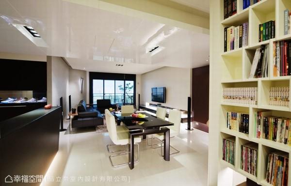 厨房位移后,客厅、餐厅、书房、吧台衔接厨房构成一气呵成的敞阔尺度,梁体以亮面的美耐板烤漆拉宽,由玄关跳色开始餐、厨机能的独立轴线。