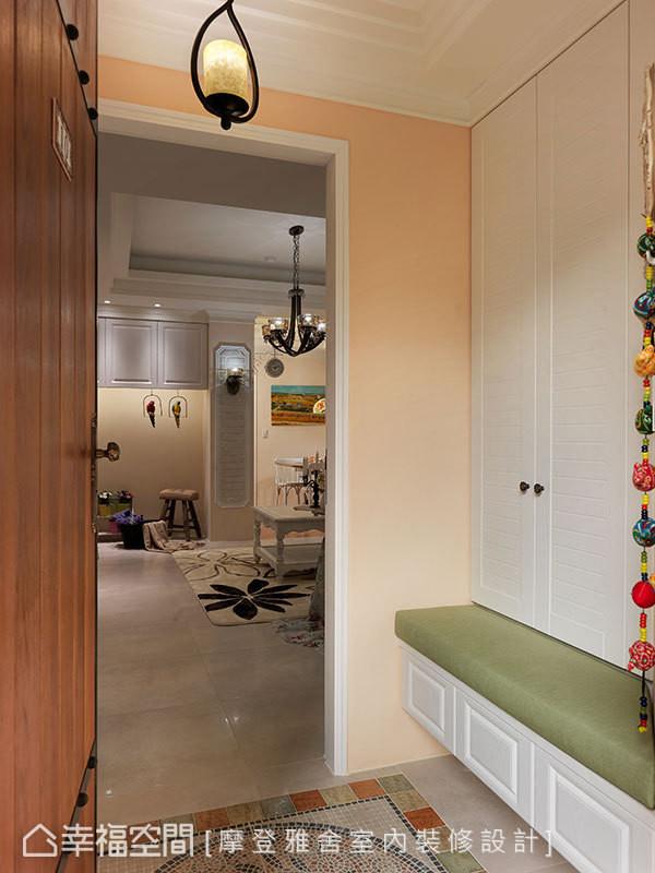 推开镶饰铁件的木门入内,马赛克砖与复古砖地坪织构出乡村风况味。