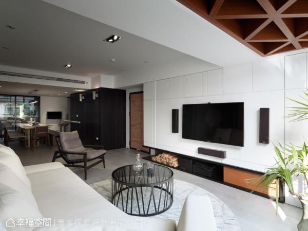 客厅上方的右方天花,以交叉格栅降低压梁所带来的的视觉观感,并缓缓地引出悠然质感。