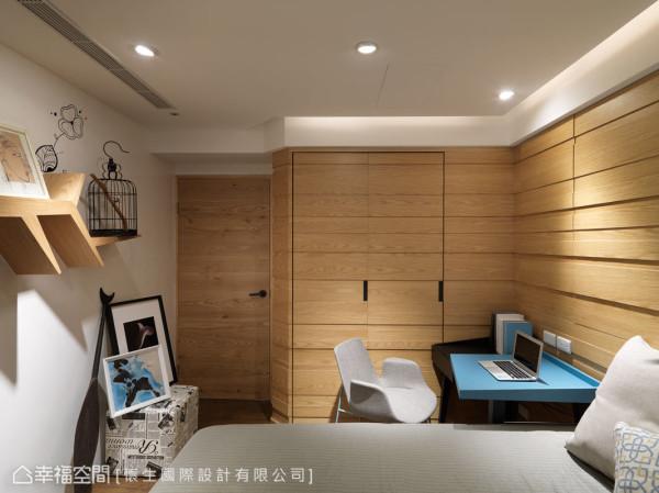 床头立面结合收纳柜面,并以整面的温润木皮及沟缝线条,作为律动感的设计表现。