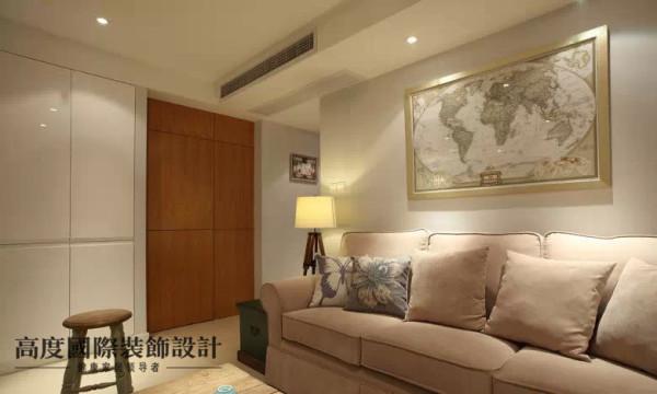 客厅两侧做了很多收纳柜,白色烤漆门板