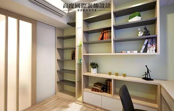 书房架高35公分的地板设计上掀可作为收纳区,墙面则构置开放式的层板,满足屋主大量的收纳。