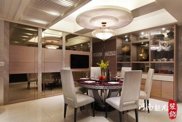 天花板对应圆桌造型,同时修饰正上方的梁;电视墙左侧的茶镜....