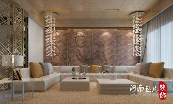 巧妙运用梯厅隔屏的折角作为古董收藏的展示;镀钛金属的兰花造型前,ㄇ字沙发与对称的泡泡垂缀灯,为空间增添了安定、浪漫的奢华元素。