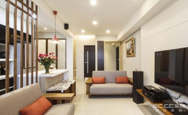 客厅设计: 餐厅的功能简化于客厅角落,与木格栅成为客厅、厨房的段落分界,兼空间的开放感受与功能使用,未来若顾虑煮食油烟的逸散,也可在木格栅前后加设玻璃。