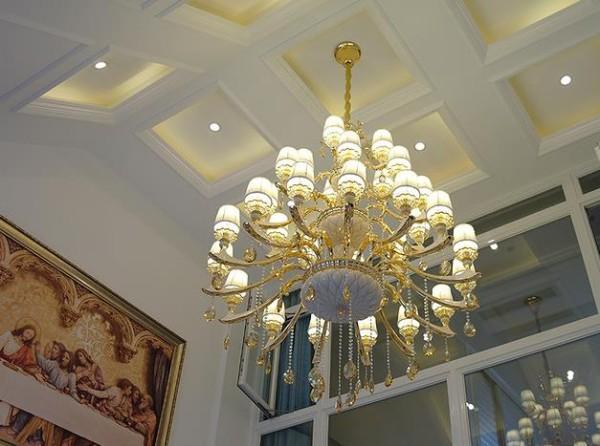 客厅华丽丽的吊灯