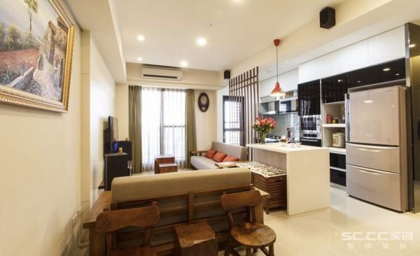 客厅设计: 保留柚木的自然纹理,以及手凿粗犷触感的对谈椅成为入门端景,与两人沙发椅的组合,取代原先餐厅的位置,扩大客厅的使用范围。