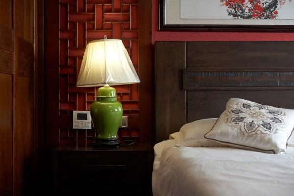 床头配有调节空调的开关,方便又简单