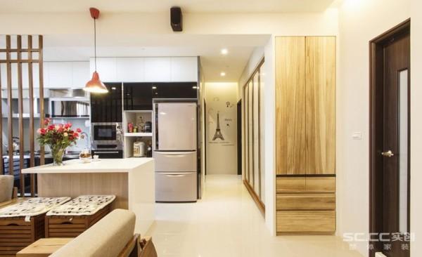 厨房设计: 客用卫浴一侧,梧桐木收纳柜的深度加大了多功能室的空间,廊道保留合适的过道尺度,厨房与和室双双扩张的变动下,立面置入灰镜、壁贴等元素丰富空间风格。