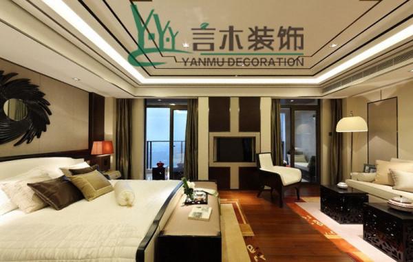 主卧格局打破常规,分为休息区及休闲区两部分,床头背景使用米灰色硬包及红木装饰,稳重又舒适。所有墙面的材质之间均采用香槟色不锈钢条收边,就如同主人干脆利落的处事风格