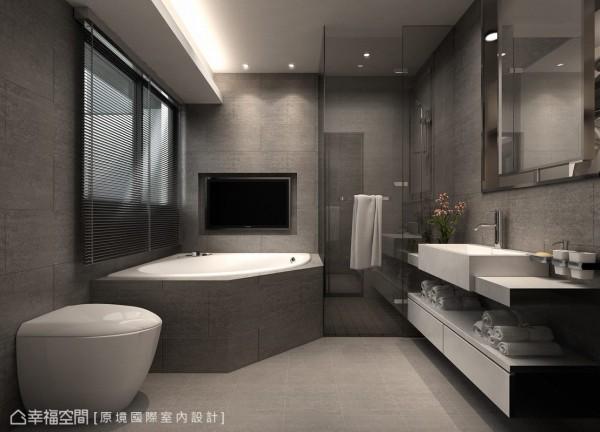 加大的洗手台面足以让两人一同梳洗,为重视泡澡压机能的屋主,引入窗外美景与视听机能。