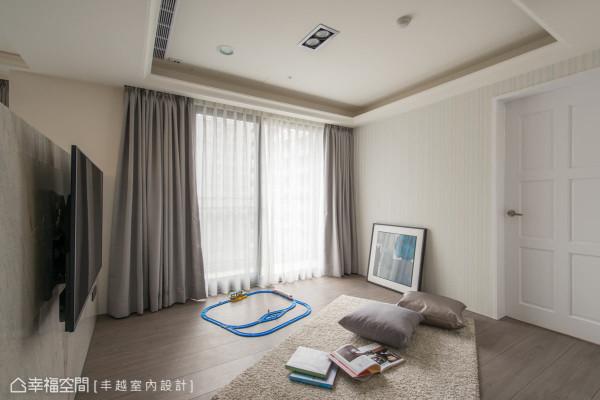 在客厅的电视矮墙后方,为小朋友设置了安心、安全的玩乐天地,木质地板的铺设更增添温润质感。