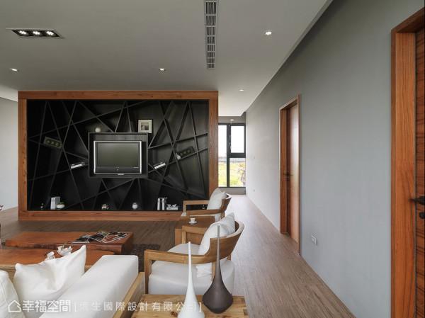 量身订制的前卫造型电视墙,交错而过的线条,创造出多变的置物可能,即便不放置物品,自己就是一件艺术佳作。