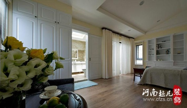 外移至建筑体原有阳台空间的次主卧卫浴空间,除了可以让寝卧区域更形完整,特别设置