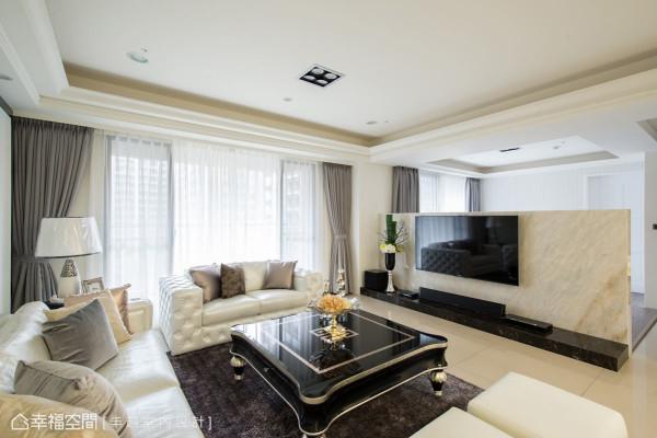 设计师游清俊以天然大理石作为短墙,在视线上链接了客厅与游戏房,打造宽敞且明亮的公共场域。