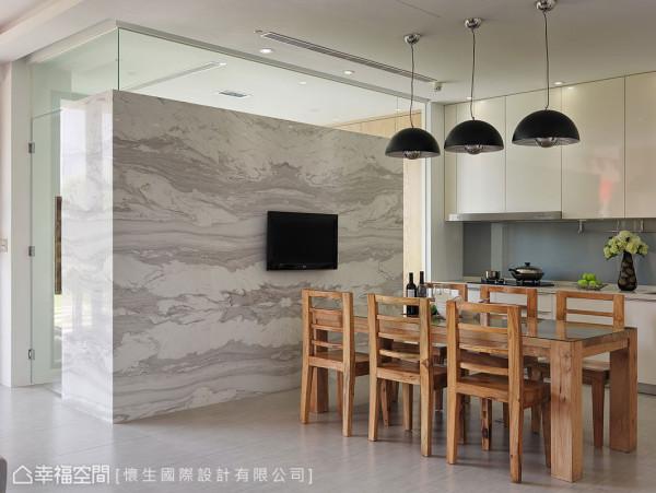 大面大理石墙转折延伸包覆书房墙面,与上方清玻材质的搭配,在厚实与清透间创造质材冲突视觉。