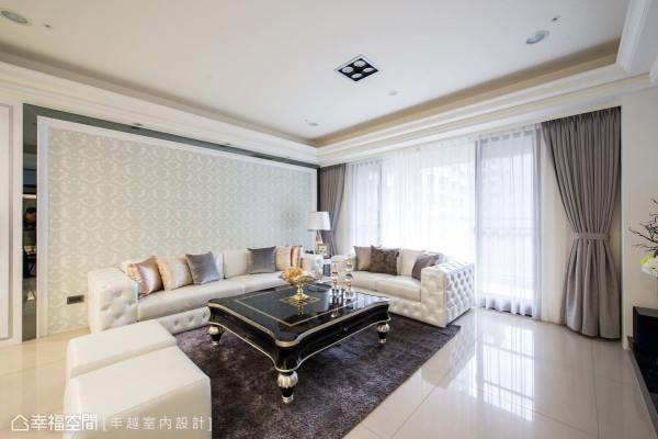 为空间注入的华美表情,以进口的花纹壁纸搭配镜面框架,铺陈客厅的尊贵氛围。