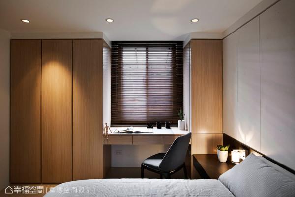 满足空间中使用设定,除了床头的收纳吊柜外,在窗边一侧整合了书桌与衣柜机能,兼具实用与整体感。