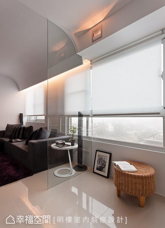 抬头可见设计别有洞天,为了隐藏梁柱结构,天花板呈现出优美的弧线,以及立体的灯箱设计。