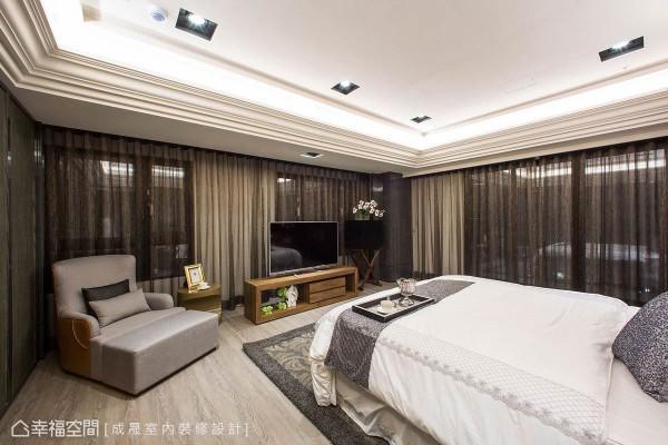 考虑房间拥有两大面采光窗,妥善分配之下,利用活动式家具做为电视柜,妆点出轻松自在的起居空间。