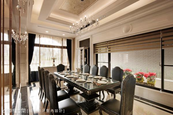 由设计团队精心客制餐厅桌椅,有别于量产的家具,运用独特的皮革作为质材,搭配意大利进口的水晶灯具,创造出无与伦比的典雅浪漫。