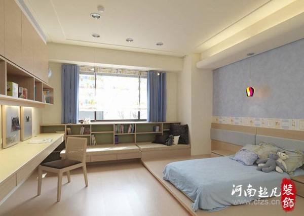 设计师架高木作地板平台,直接将床垫置放其上,不仅让小孩睡得更安稳,屋主也能陪同小孩共眠。