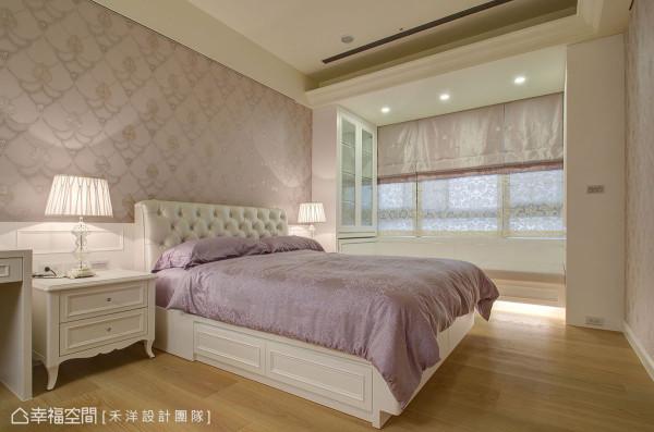 粉色浪漫的女孩房简化繁复线条,藉由进口壁纸与柔和光影,创造奢华女孩风。