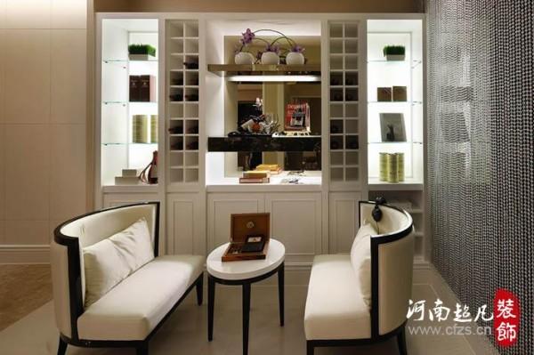 多功能休闲区,可品酒、对奕,融合古典与现代风格,收纳兼具藏酒柜为视觉焦点之一。