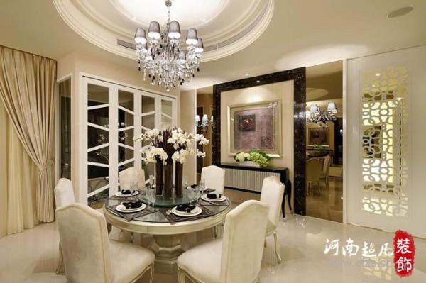 餐厅主墙以石材为框架,外铺茶镜、内置壁纸,为宴客营设华丽精致的氛围;左侧造型门外为景观露台。