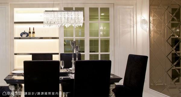 水晶灯与菱格茶镜的选搭,同样表现着轻奢华的精品质感,使空间晕染上光影的氤氲气质。