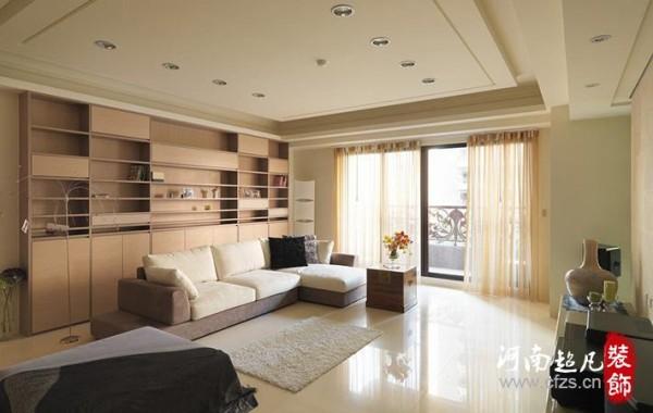 设计师在客厅沙发背墙区规划具有展示、门片及抽屉层的的造型书墙,不规则的线条变化丰富立面端景。