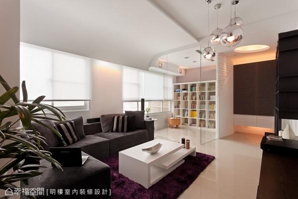利用活动式的灰色沙发和紫色地毯,以及大小不一的Mirror Ball吊灯,增加空间的奢华感。