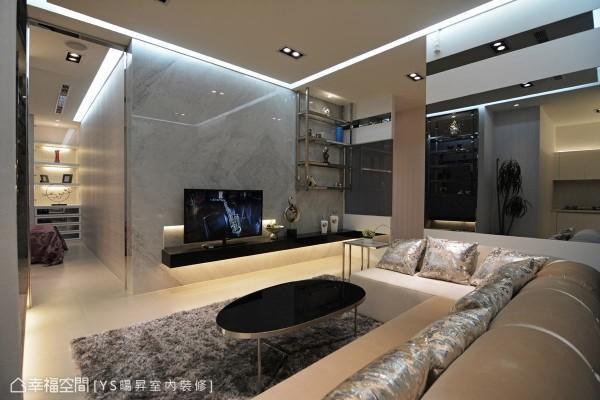 浅色纹路大理石打造的电视墙,延伸出深色大理石台面,挖空的凹陷处隐藏视听设备,缔造空间层次感。
