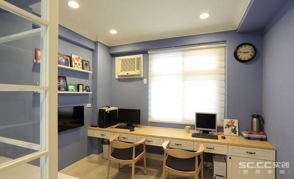 书房设计: 以轻松的蓝色填满墙壁,搭配双人使用的长书桌及墙上展示架,创造实用又不失设计感的书房风格。