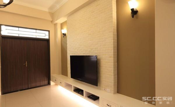 电视背景墙设计: 白色及深浅棕色,结合主墙线条的简化,烘托出空间的挑高感与视觉层次,亦展现了舒适、大器的氛围。