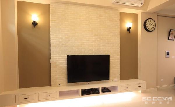 客厅设计: 白色的文化石、电视机柜,与深咖啡色墙壁对比,不但有着明亮、沉稳的风格,也衬托出两盏壁灯的优雅风情。