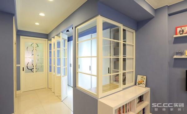 书房设计: 用美式经典的玻璃格子窗语汇,连接了书房与更衣室的关系,同时也经由玻璃串连光线,减少狭长住宅中段暗房的产生。