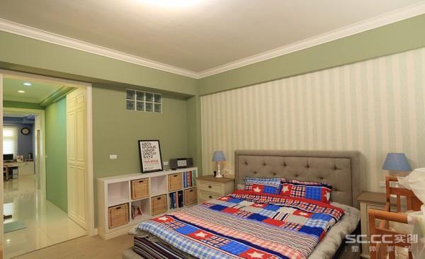 卧室设计: 衔接主卧房及书房、更衣室的过渡空间,可看见两侧皆有饰以线板门框,串接两个空间之外,也是细腻的端景设计。