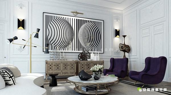 起居室的抱枕和相框组成的黑白条纹作背景,其它上档次并且舒适的装饰则特别突出。镜框和其他装饰用金色镶边,展现一种皇家气氛,两张紫色椅子慵懒得放在这个奢华的空间里,与众不同。
