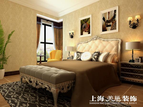 瀚宇天悦142平美式乡村主卧装修效果图:主卧的设计采用的是暖色的壁纸,配上大气的美式床,精致的灯具,使空间更具奢华感