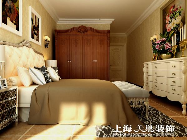 瀚宇天悦142平美式乡村次卧装修效果图:次卧的设计也是采用的是暖色的壁纸,配上大气的美式床,精致的灯具,使空间更具奢华