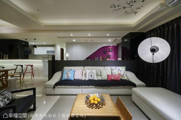 沙发后方的书房空间,游任国设计师以流线造型柜体搭配鲜明的紫色墙面,打造活泼的立面表情。
