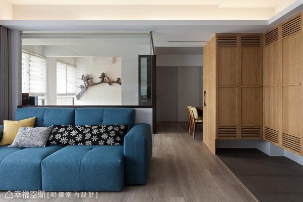 沙发以上高度的墙面利用玻璃材质,增加空间的采光外,也让书房内的造型书柜成为客厅装饰。