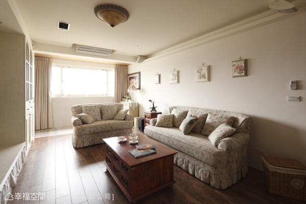 利用不同材质地板界定空间,玄关与客厅的地板分别使用石材与木质铺贴,也为空间带来层次感。