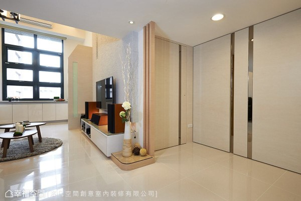 小孩房的门片延续鞋柜的设计元素,维持空间主题的整体性。