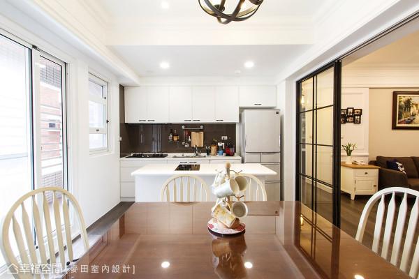 陈靖绒设计师将厨房上方的天花以降板处理,置入副灯光源增加照明.图片