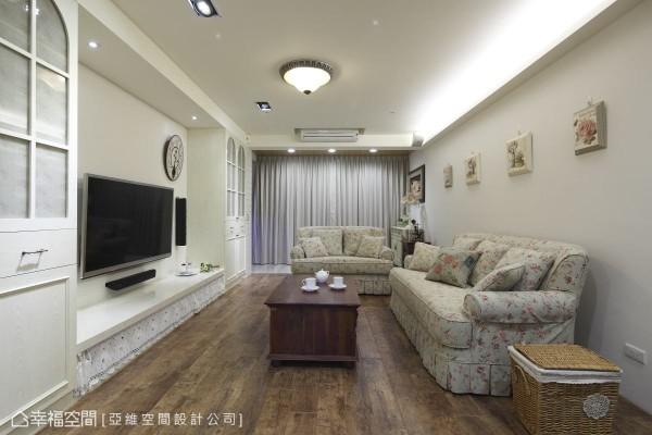 白色天花板搭配白色电视墙与壁面,就连收纳柜也不例外,透过大面积的白色调系,凸显简约宽敞空间。