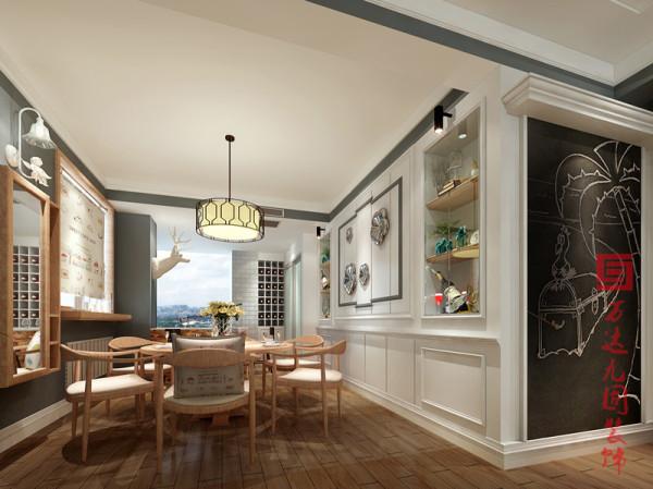 【餐厅】原色木质的桌椅组合,在灯体照耀下显得光滑如一,释放一股原始自然的清新魅力洋溢在空间角角落落,延伸了餐厅空间的美观耐看之度,墙体角落用白色粉笔勾勒的图案则为空间增添了一丝活泼俏皮的生趣。