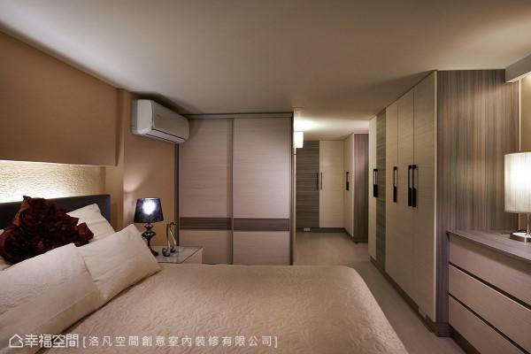 以温润木色营造纾压氛围,并运用系统柜创造出大量收纳机能。
