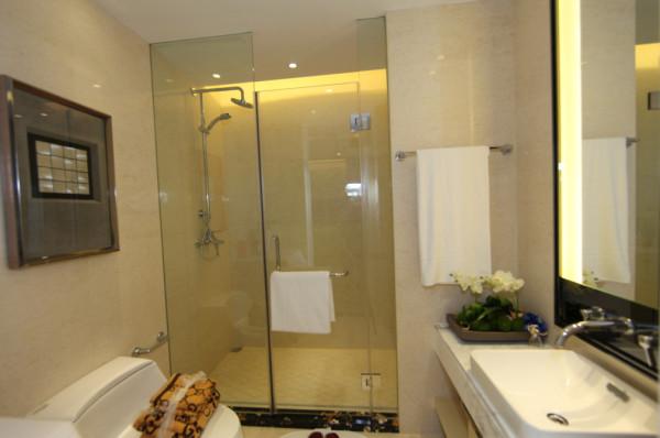 卫浴间,方形大镜面能够使卫浴间面积在视觉上得到扩容。玻璃沐浴房,干湿分区,玻璃的通透材质也会扩大空间,淡雅的墙面和简约的卫浴柜融合的恰到好处,小面积大用途。